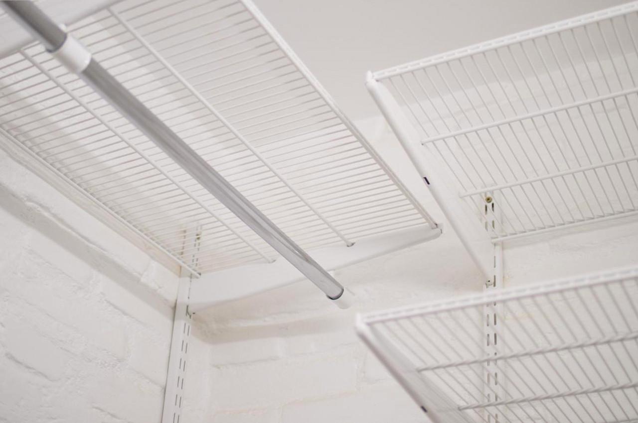 Гардеробна кімната з білою системою